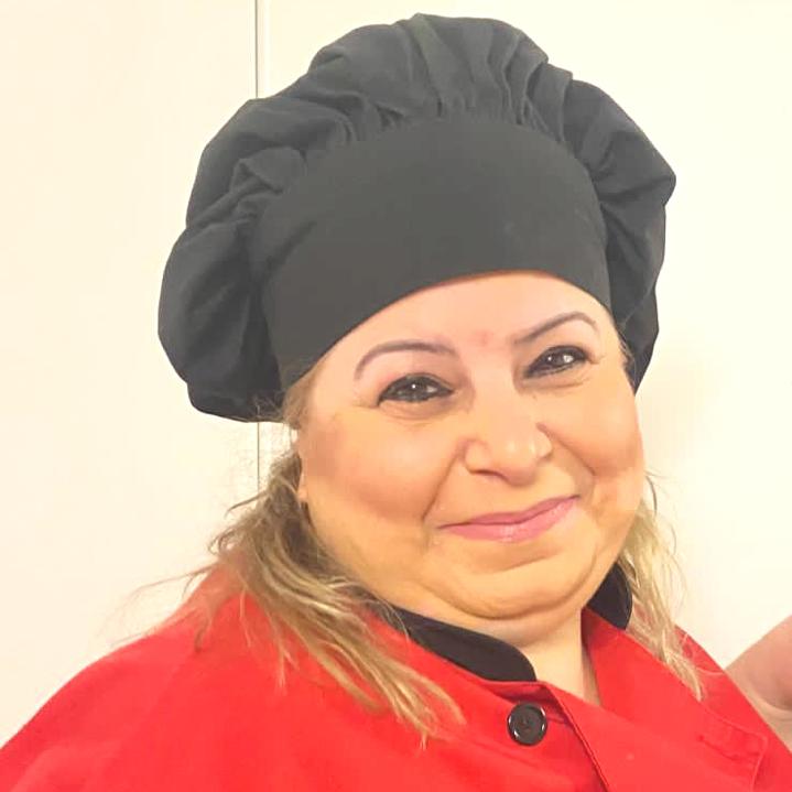 <em>Je suis Abir, la cuisinière de la Garderie Griffin. Pour moi, la cuisine est un art et j'adore cet art. Je cuisine avec amour pour nos enfants.</em><br><br><em>Ce que je préfère? C'est essayer de nouvelles recettes provenant de pays différents, les faire goûter à l'équipe d'abord, pour m'assurer d'offrir toujours le meilleur à nos enfants. Je suis comblée quand je vois manger les enfants avec appétit et lorsque toutes les plateaux me sont retournés vides</em>.